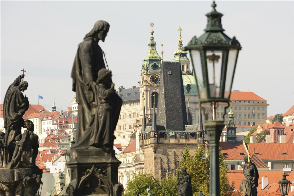 Prague_Statues_Charles_Bridges.jpg